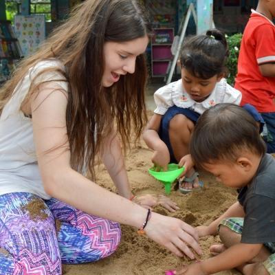 Una joven voluntaria jugando en un preescolar durante su voluntariado para menores en Camboya.